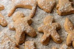 Печенья в форме людей, животных и снежинок на листе выпечки Стоковые Фото