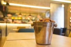 Печенья в шаре металла на деревянном столе Космос для экземпляра Стоковое Фото
