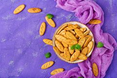 Печенья в шаре на фиолетовой предпосылке Стоковое Изображение RF