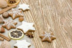 Печенья, гайки и специи имбиря рождества домодельные на деревянном bac Стоковые Фотографии RF