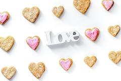 Печенья для взгляд сверху предпосылки дня валентинки heartshaped белого Стоковое фото RF