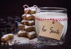 Печенья для Санты с стеклом молока с биркой для Санты и рождественской елки Стоковое Изображение