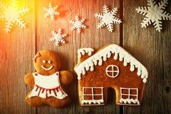 Печенья девушки и дома пряника рождества Стоковые Изображения RF