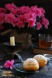 2 печенья заварного крема заполненного с сливк на стеклянном блюде Стоковое Изображение RF
