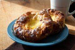 Печенья заварного крема на голубой тарелке Стоковые Изображения RF