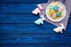 Печенья зайчика пасхи и пасхальных яя Символы и традиции пасхи Голубой деревянный космос экземпляра взгляд сверху предпосылки Стоковые Изображения