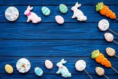 Печенья зайчика пасхи и пасхальных яя Символы и традиции пасхи Голубой деревянный космос экземпляра взгляд сверху предпосылки Стоковое фото RF