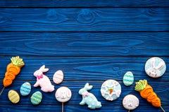 Печенья зайчика пасхи и пасхальных яя Символы и традиции пасхи Голубой деревянный космос экземпляра взгляд сверху предпосылки Стоковое Изображение RF