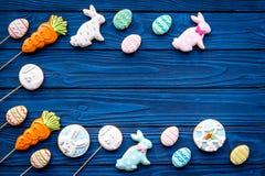 Печенья зайчика пасхи и пасхальных яя Символы и традиции пасхи Голубой деревянный космос экземпляра взгляд сверху предпосылки Стоковые Фотографии RF