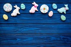 Печенья зайчика пасхи и пасхальных яя Символы и традиции пасхи Голубой деревянный космос экземпляра взгляд сверху предпосылки Стоковая Фотография