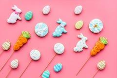Печенья зайчика пасхи и пасхальных яя Символы и традиции пасхи Розовое взгляд сверху предпосылки Стоковое фото RF