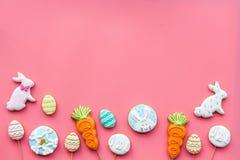 Печенья зайчика пасхи и пасхальных яя Символы и традиции пасхи Розовый космос экземпляра взгляд сверху предпосылки Стоковые Фото