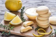 Печенья заполнили с сливк лимона на деревянной доске Стоковое Изображение