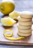 Печенья заполнили с сливк лимона на деревянной доске Стоковая Фотография RF