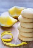 Печенья заполнили с сливк лимона на деревянной доске Стоковое Фото