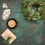 Печенья звезды венка рождества coffeewrapped еда праздников подарка Стоковое фото RF