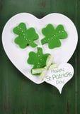 Печенья зеленого цвета shamrock дня St Patricks Стоковые Фотографии RF