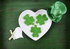 Печенья зеленого цвета shamrock дня St Patricks Стоковые Изображения RF