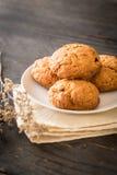 печенья изюминки овсяной каши на древесине Стоковое Фото