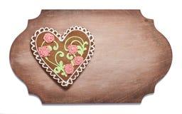 Печенья имбиря в форме сердца на деревянной форменной доске Стоковые Фото