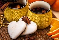 Печенья имбиря и специи звезды с горячими чашками вина Стоковые Изображения