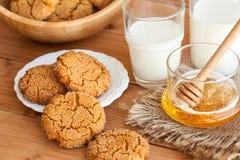 Печенья имбиря меда с молоком на деревенской предпосылке Стоковые Изображения RF