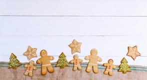 Печенья имбиря на деревянной предпосылке стоковое фото rf