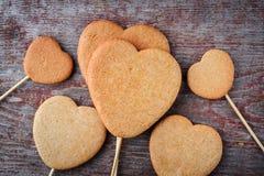 Печенья имбиря на ручке в форме сердец сложены в h Стоковые Изображения RF
