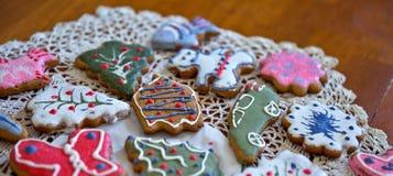 Печенья имбиря рождества на doily Стоковая Фотография