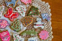 Печенья имбиря рождества на doily Стоковые Изображения RF