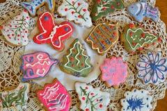 Печенья имбиря рождества на doily стоковые фотографии rf