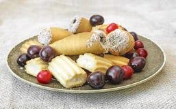 Печенья и вишни на плите взгляд сверху Стоковая Фотография RF