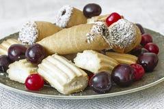 Печенья и вишни на плите взгляд сверху Стоковое фото RF