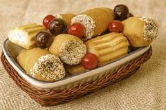 Печенья и вишни на плите в плетеной корзине Стоковые Изображения RF