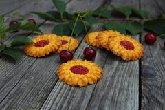 Печенья и естественная вишня на таблице i Стоковые Фотографии RF