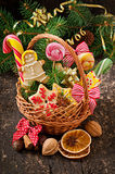 Печенья и леденцы на палочке пряника рождества в корзине Стоковое Фото