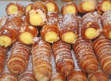 Печенья и заварной крем cannolis перечисленный в печенье Стоковое фото RF