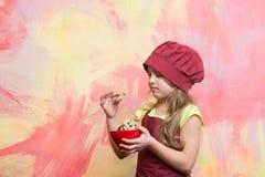 Печенья или печенья в шаре в руке шеф-повара ягнятся Стоковое Изображение