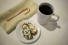 Печенья и кофе на белой поверхности стоковые изображения rf