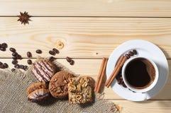 Печенья и кофе на таблице Стоковая Фотография RF