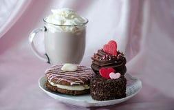 печенья и кружка frappuccino mocha шоколада с взбитой сливк Стоковые Изображения