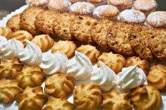 Печенья и меренги на плите Стоковое Фото