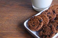 Печенья и молоко дальше стоковая фотография rf