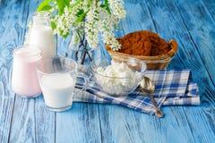 Печенья и молоко овса на голубом деревянном столе Стоковое Фото