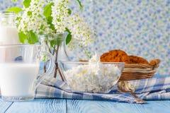 Печенья и молоко овса на голубом деревянном столе Стоковое фото RF