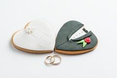Печенья и обручальные кольца жениха и невеста Стоковая Фотография