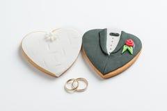 Печенья и обручальные кольца жениха и невеста Стоковая Фотография RF