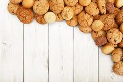 Печенья и печенья на белой древесине с космосом экземпляра Стоковые Изображения RF