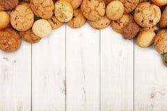 Печенья и печенья на белой древесине с космосом экземпляра Стоковое Изображение