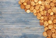 Печенья и печенья на голубой древесине с космосом экземпляра Стоковые Изображения